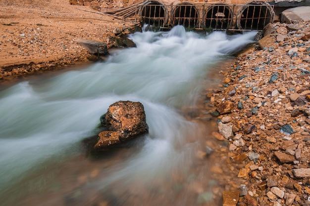 암거 흐르는 강철 격자 산업 용수 슬로우 모션이 바다로 방출됩니다.