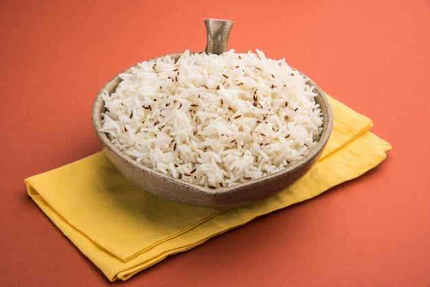 Рис тмин или индийский рис джира на красочном фоне, выборочный фокус
