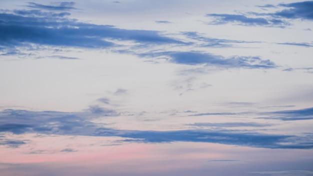 積乱雲。積雲。ふくらんでいるまたは綿のようなまたはふわふわの雲青い空白いふわふわの雲が青い空の風景の上にあります。