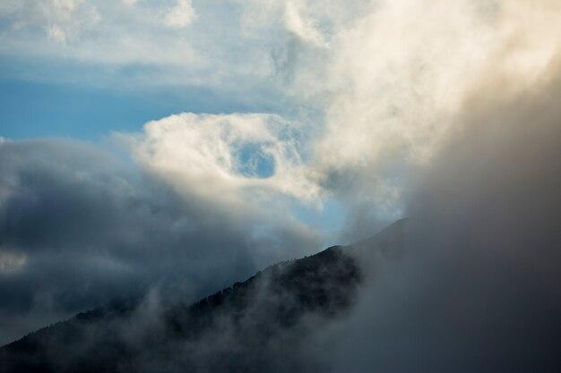 スペイン、ピレネー山脈、セルダーニャのセラデルカディの積乱雲