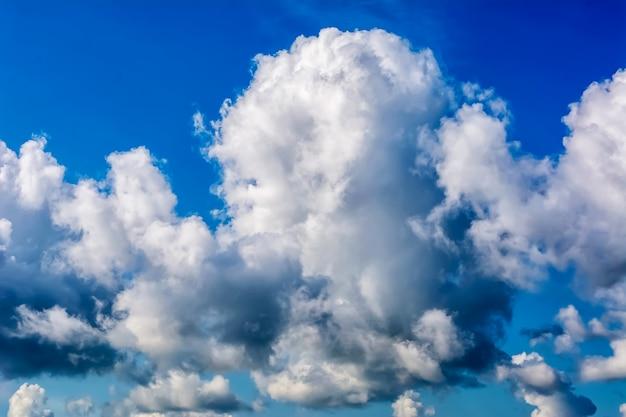 푸른 하늘에 적란운 뇌우 구름