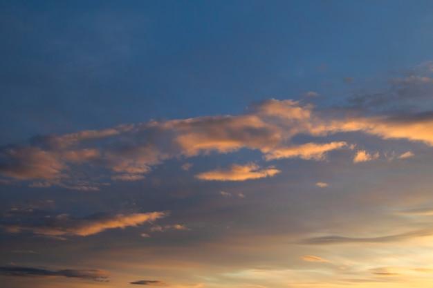Кучевые облака снизу выделены оранжевым цветом, а сверху - темным. закатное небо 2