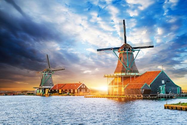 ロッテルダムのオランダ風車に沈む夕日の積雲の雲。