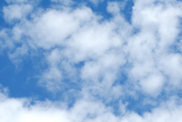 Кучевые белые облака в синем небе