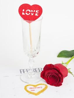Кубок и роза в календаре на день святого валентина
