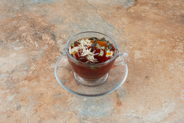 Una tazza di tè alle erbe aromatiche su sfondo di marmo