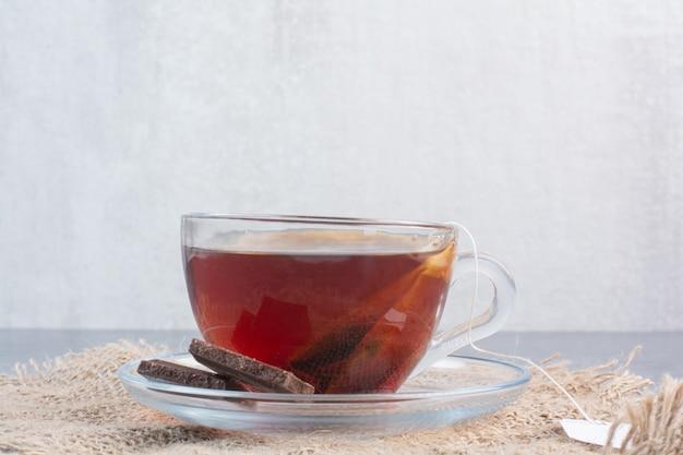 Una tazza di tè aromatico con un cucchiaio di legno di infuso.