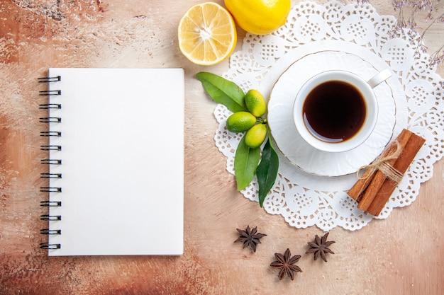 Una tazza di tè nero su un tovagliolo decorato