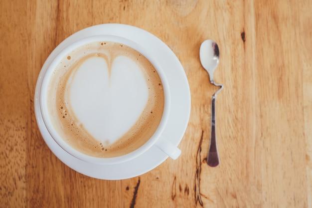 Чашка капучино с кремом в форме сердца