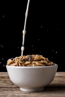 Tazza di cereali con spruzzata di latte