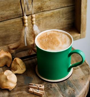 Una tazza di caffè in tazza verde