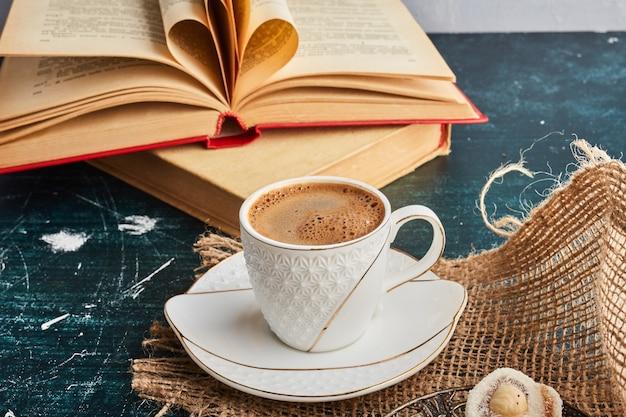 Una tazza di caffè su un pezzo di tela.