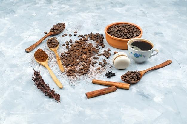 Tazza di caffè, spezie e chicchi di caffè in una ciotola