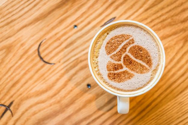 Tazza di caffè visto da sopra con forme in schiuma