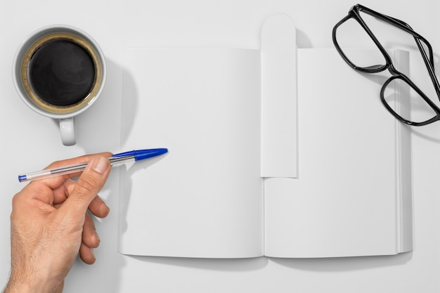 Tazza di caffè con libro e libro di lettura