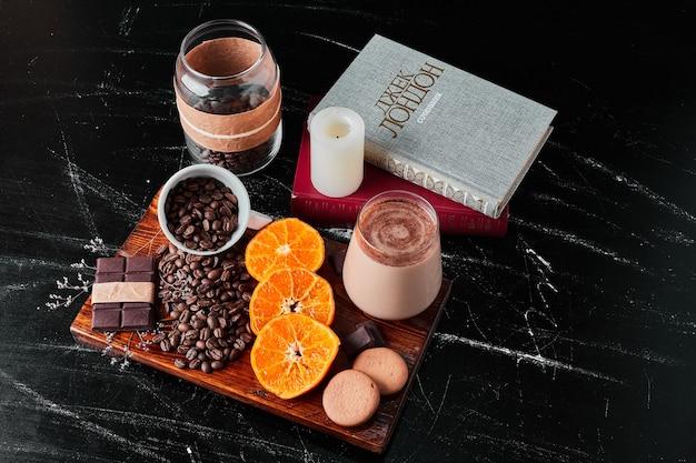 Tazza di caffè con latte e fette d'arancia.