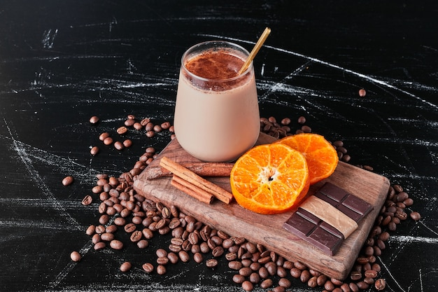 Tazza di caffè con latte e polvere.