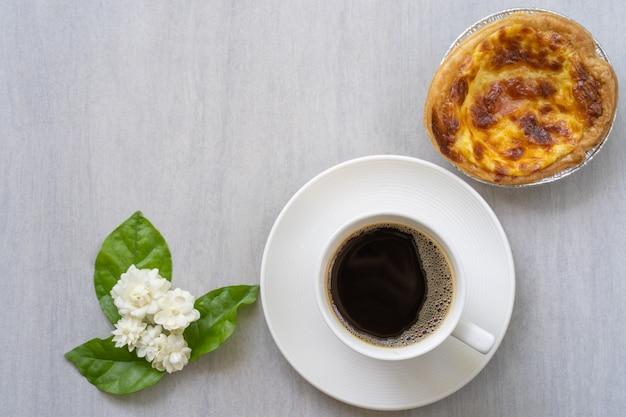 Чашка кофе с киш на белом столе.
