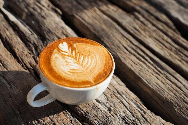 Tazza di caffè con un picco di grano disegnato in schiuma