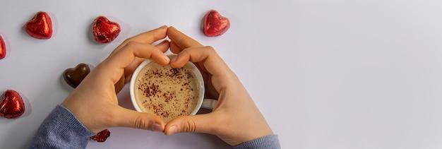 愛好家の手で朝食のためのカップドリンク。セレクティブfocus.people