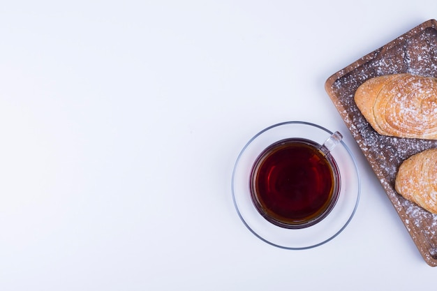 Una tazza di caffè espresso con pasticcini indoeuropea su sfondo blu. foto di alta qualità