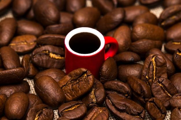 布の袋にコーヒー豆がいっぱい入ったカップ
