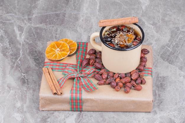 Una tazza di glintwine con cannella e fette d'arancia