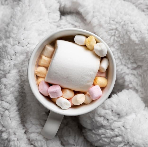 Tazza di cioccolata calda su accappatoio accogliente
