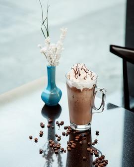 Tazza di cioccolata calda con panna
