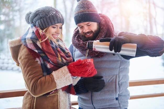 Tazza di tè caldo per riscaldarsi