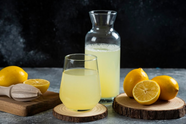 Una tazza di succo di limone su tavola di legno.