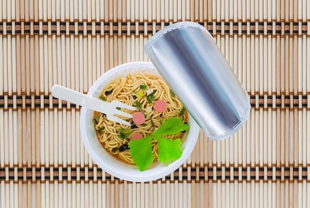 Cup noodles open the lid