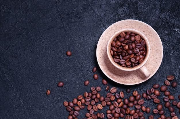 穀物と芳香族コーヒーのカップ。トップビューフラットレイ