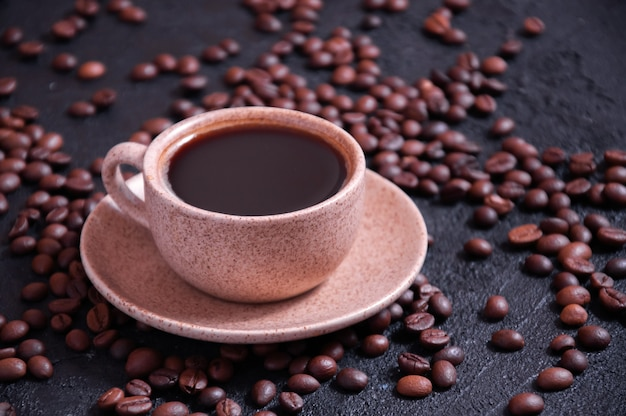 穀物と芳香族コーヒーのカップ