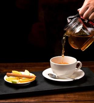 Чашка ароматного чая и миска с лимоном