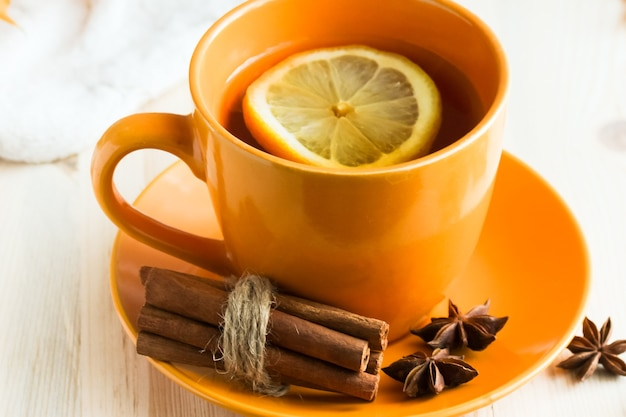 Чашка осеннего чая с лимоном, корицей и бадьяном