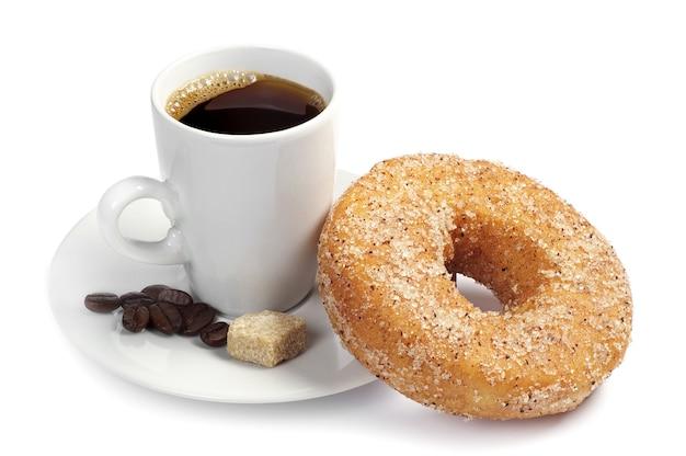 白い背景の上のブラックコーヒーとドーナツのカップ