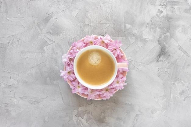 Чашка черного кофе и свежие розовые цветы