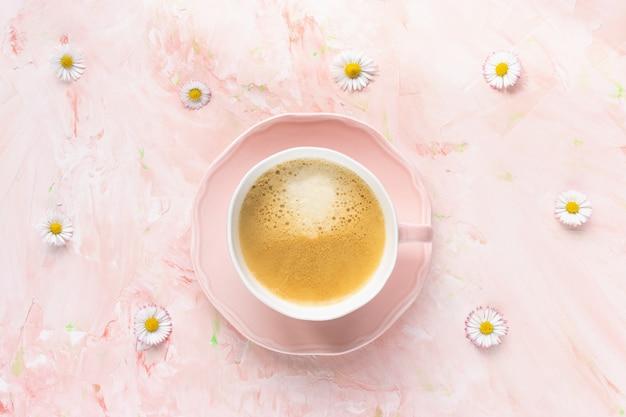 Чашка черного кофе и свежие летние цветы ромашки
