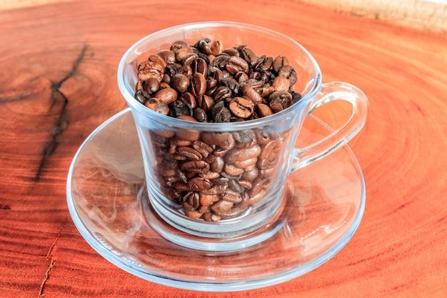 黒コーヒー豆のカップ