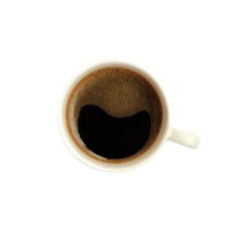 Чашка черного кофе, изолированные на белом фоне. вид сверху.