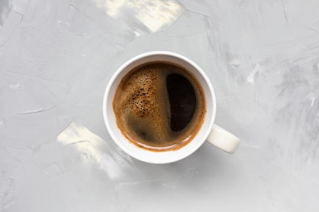밝은 회색 소박한 벽에 블랙 커피 한잔. 평평하다, 평면도, 복사 공간, 소셜 미디어 영웅 헤더 템플릿.