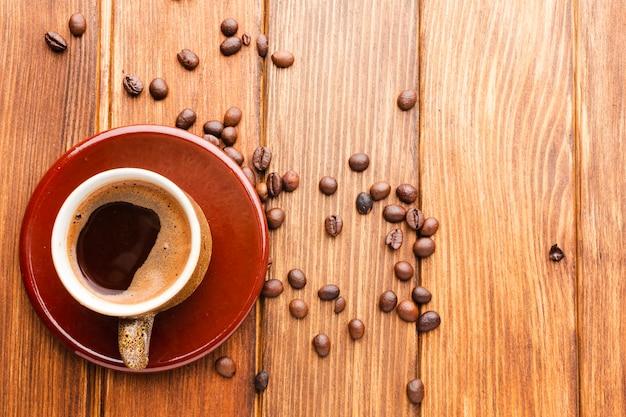 Чашка черного кофе на столе