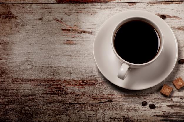 グランジウッドの上のブラックコーヒーのカップ