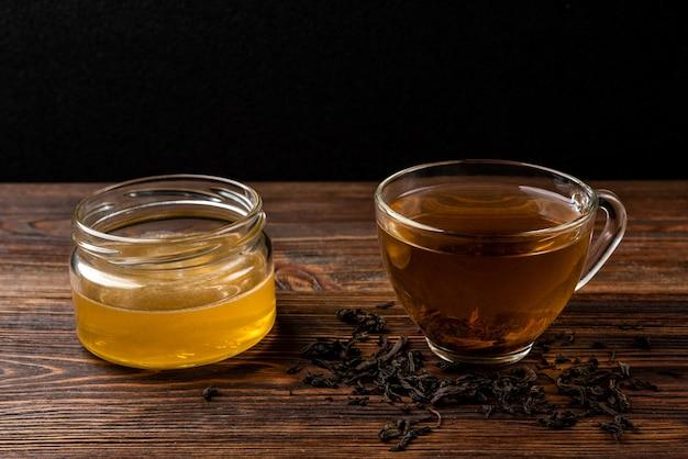 Чашка черного чая и меда