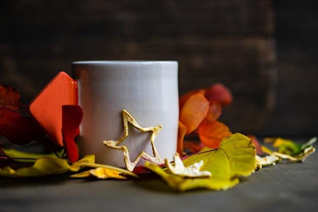 Чашка черного чая и лимона на деревянных фоне с копией пространства