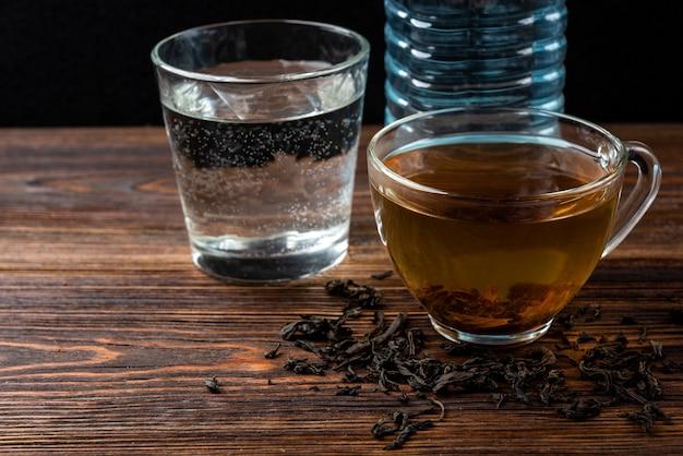 Чашка черного чая и воды