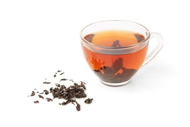 白い背景で隔離の紅茶のカップ