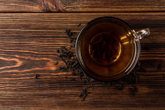 Чашка черного чая на столе