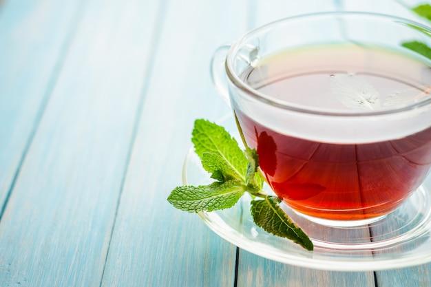 Чашка черного чая со свежей мятой